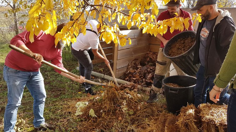 Travail sur le composteur du potager partagé
