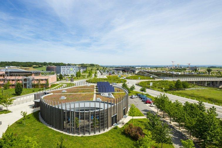 Vue sur le Quartier de la Gare, à Rovaltain. Les espaces verts, entretenus sans pesticides, occupent une part importante.