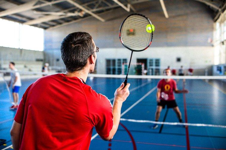Plusieurs salariés pratiquent le badminton à Rovaltain