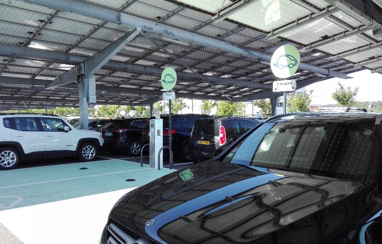 Bornes de rechargement pour voiture électrique, sur le parking de Valence TGV