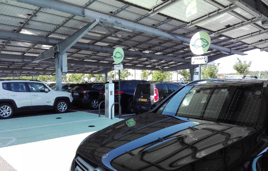 Sur le parking P2 de la Gare Valence TGV, 2 bornes de rechargement électrique sont à disposition