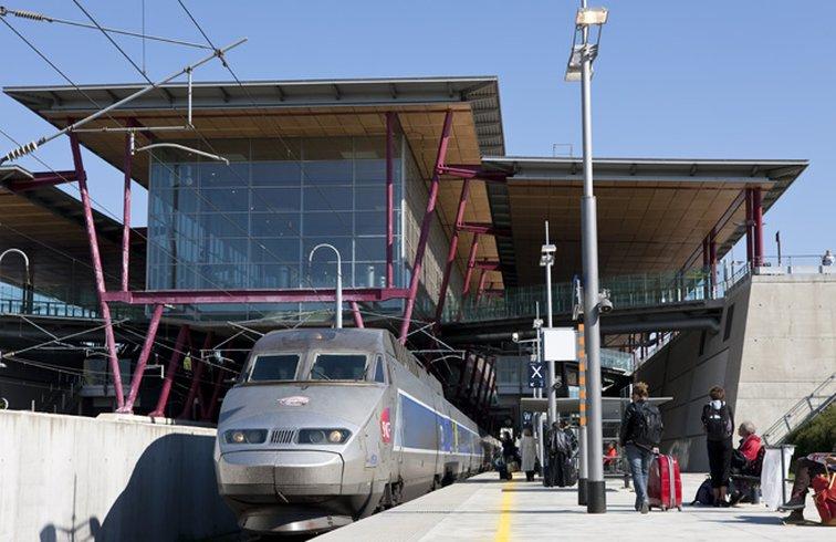 La gare de Valence TGV, située à Rovaltain, permet d'optimiser vos déplacements professionnels avec TGV et TER au coeur du parc d'activités.